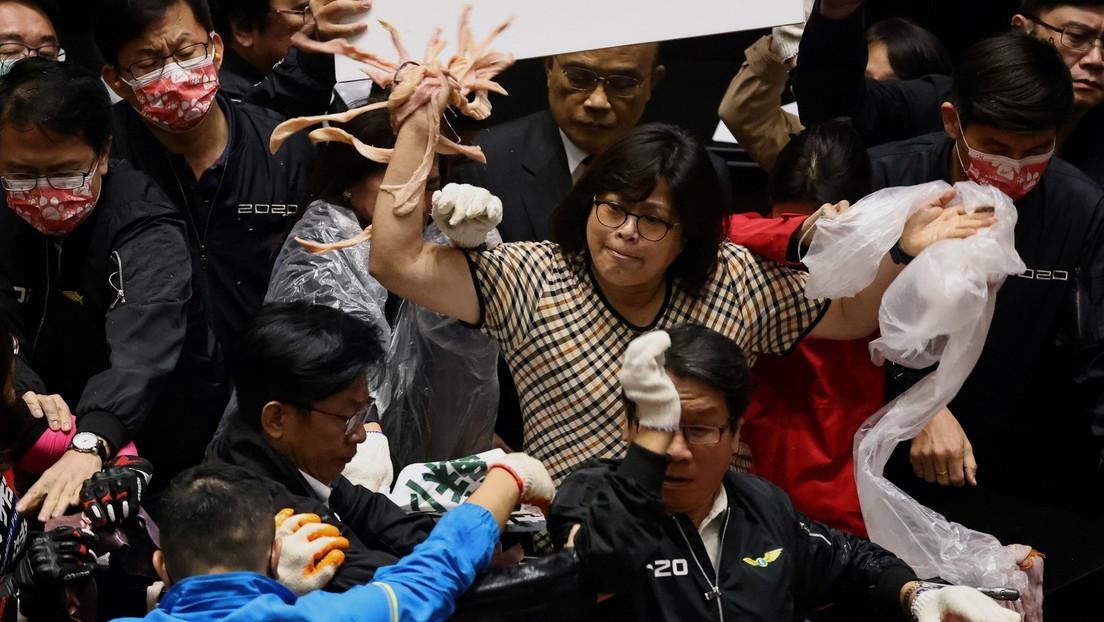 Diputados protagonizan una batalla con tripas de cerdo y puñetazos en el Parlamento de Taiwán (VIDEO)