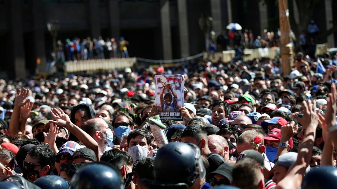 """Ministro de Salud de Buenos Aires alerta sobre el """"riesgo epidemiológico"""" en la ciudad tras el velatorio de Maradona"""