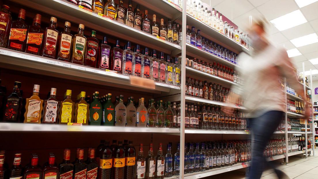 VIDEO: Una mujer enloquece en un supermercado y rompe cientos de botellas de bebidas alcohólicas