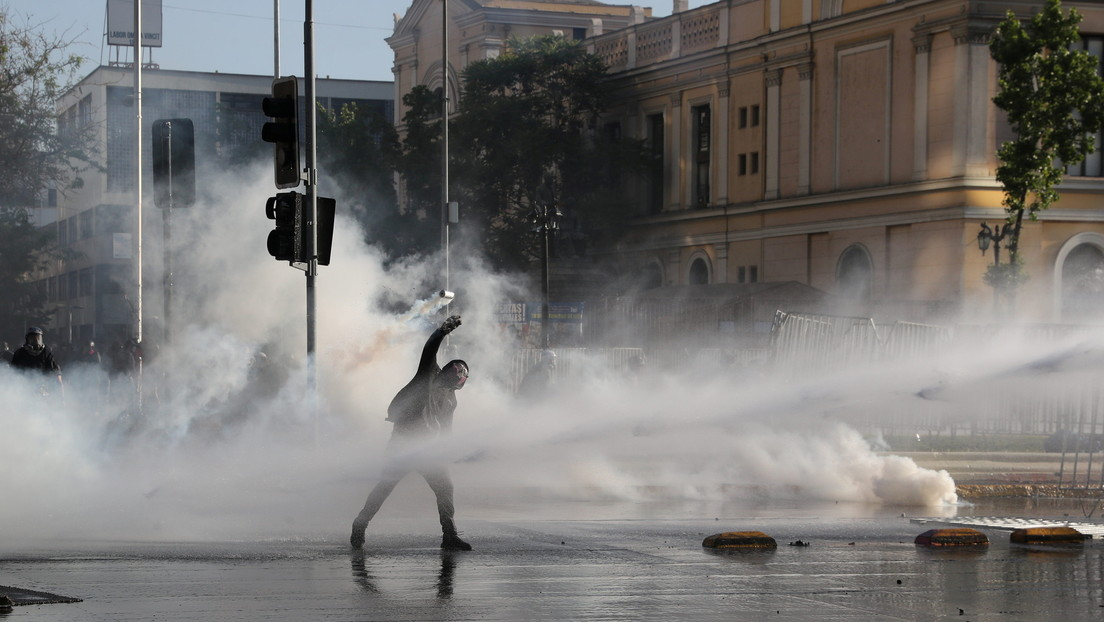 Manifestantes se enfrentan a la policía a metros de La Moneda en una nueva jornada de protestas en Chile