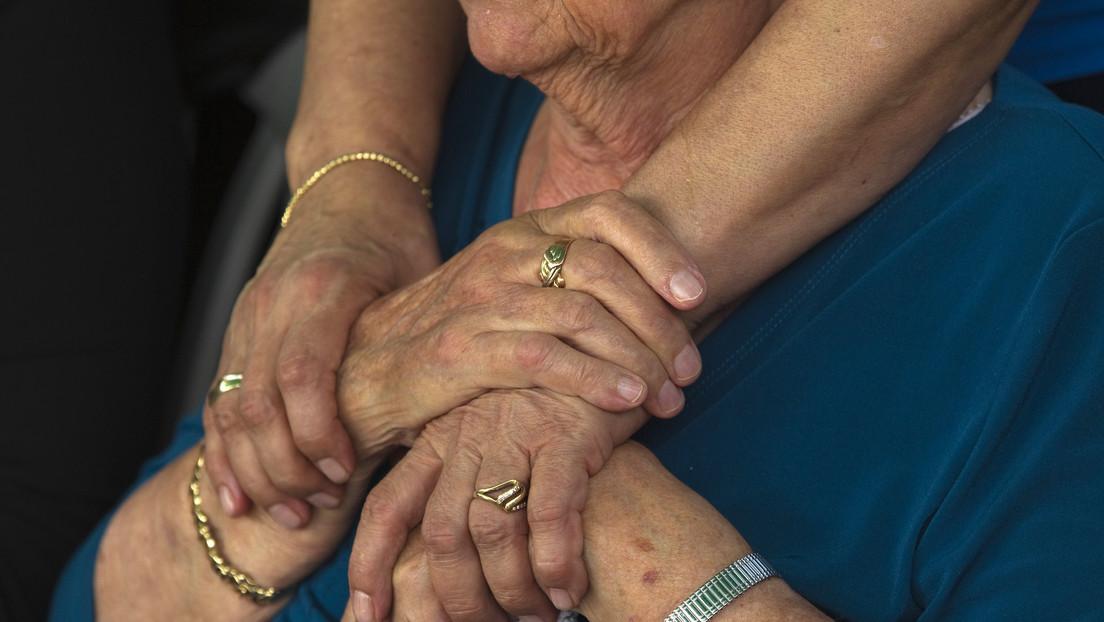 Una anciana de 81 años conoce a su bisnieto solo gracias a una 'cabina' a prueba de covid-19