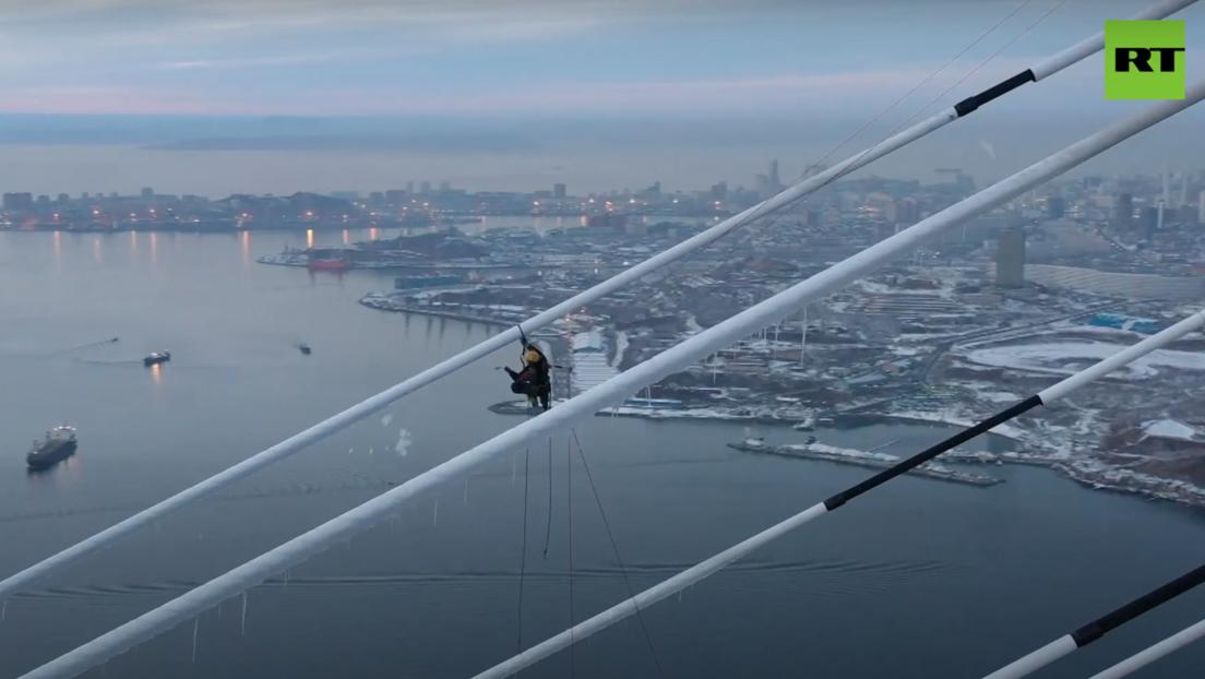 VIDEO: Alpinista limpia el hielo de un puente de más de 320 metros de altura tras fuertes lluvias heladas en Rusia
