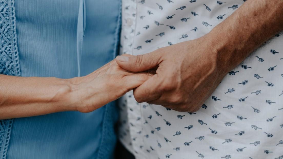 Muere la anciana del video viral en que su marido le tocaba una serenata bajo la ventana del hospital