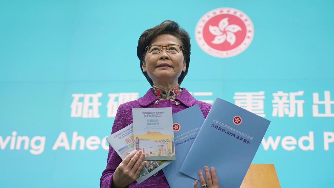 """La jefa ejecutiva de Hong Kong confiesa que tiene """"pilas de dinero"""" en efectivo en su casa y explica por qué"""