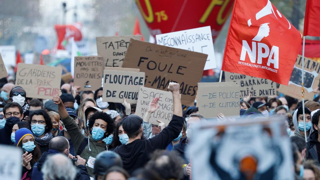 Policías golpean violentamente en la cara a un periodista sirio durante las protestas en París