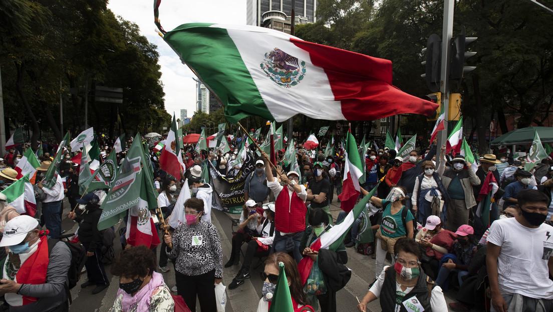 VIDEO: El coche de López Obrador es interceptado por manifestantes que exigen medicamentos para enfermos de cáncer