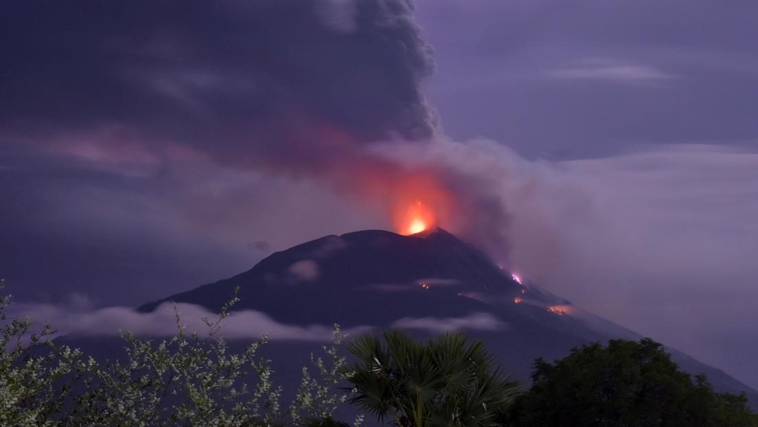 VIDEO: El volcán indonesio Lewotolo entra en erupción arrojando una columna de ceniza de 4 kilómetros