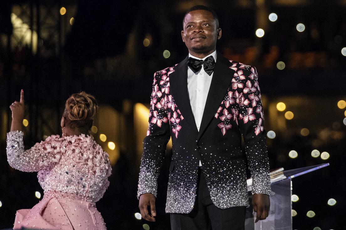 5fb78499e9ff715d4e60464f Pastor que afirma haber caminado en el aire y curado el VIH huye de Sudáfrica donde es buscado por lavado de dinero y provoca un incidente diplomático