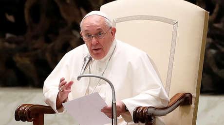 """El papa Francisco critica el """"consumismo febril"""" e insta a involucrar a los pobres en la planificación de la economía pospandémica"""