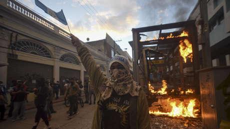 Die Regierung von Guatemala beruft sich nach Unruhen bei Protesten gegen den Haushalt und den Präsidenten auf die Demokratische Charta der OAS