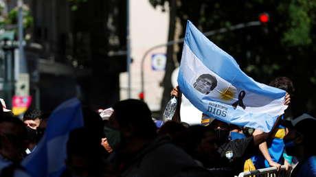 Cantos, flores, velas y lágrimas: la despedida de Maradona, el futbolista que sembró alegría en el pueblo