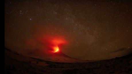Fotógrafa capta la estela de un meteoro sobre un volcán en plena erupción (VIDEO, FOTO)