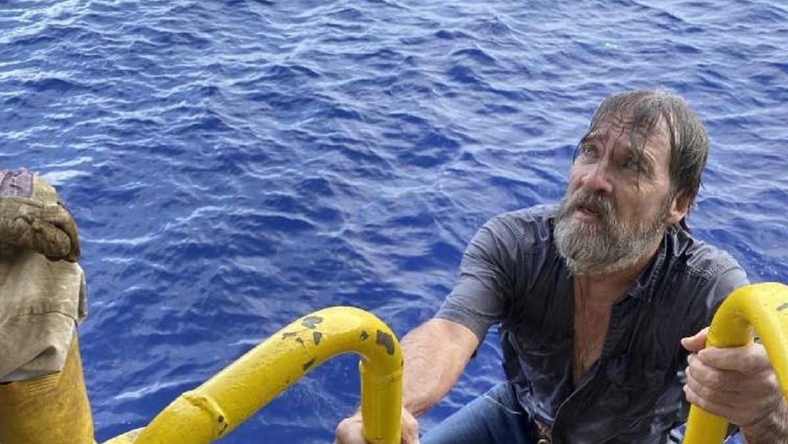 FOTOS: Rescatan vivo a un marinero encontrado flotando sobre un pedazo de su barco hundido en alta mar