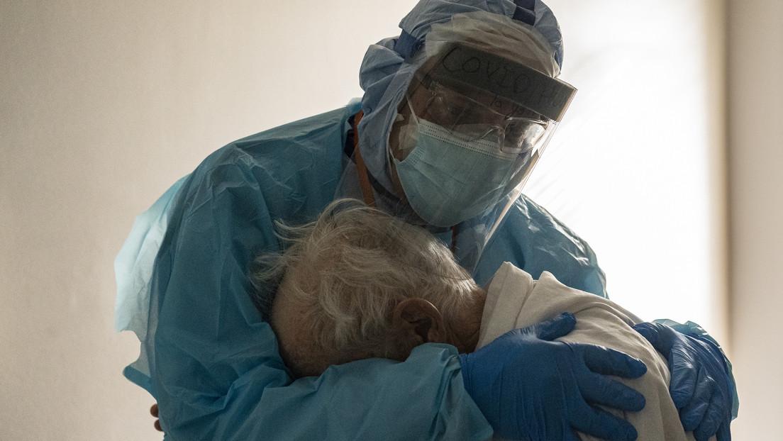 La conmovedora foto de un médico abrazando a un paciente con covid-19 entre lágrimas en Acción de Gracias