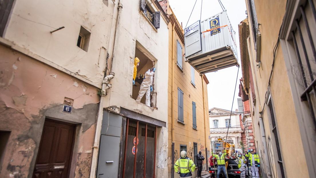 FOTOS: Rescatistas franceses utilizan una grúa para evacuar de su hogar a un hombre de casi 300 kilos