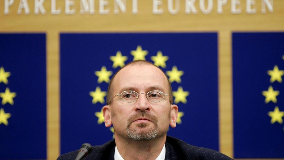 Un eurodiputado húngaro conocido por su retórica anti-LGBT asiste a una orgía gay pese a las restricciones por el covid-19 y huye por una tubería