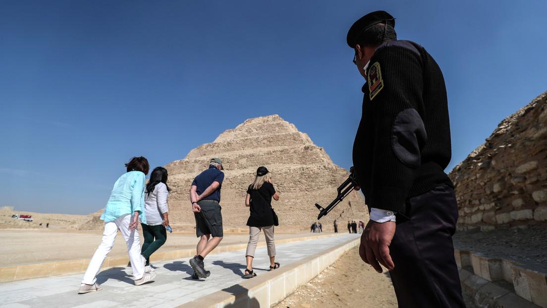 Una modelo posa con un vestido corto y escotado al estilo faraónico cerca de un cementerio antiguo egipcio y reportan su detención junto al fotógrafo