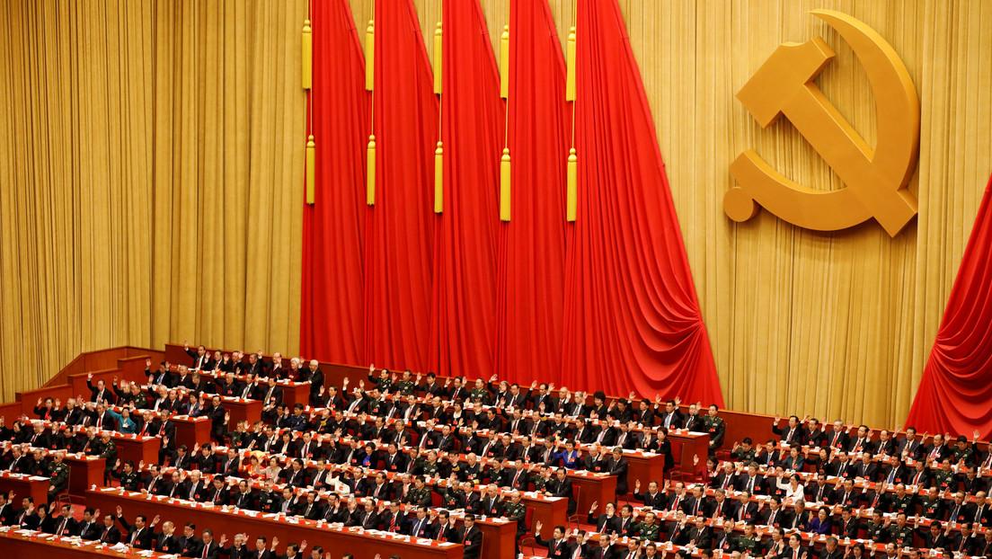 """Pekín critica a las """"fuerzas extremistas anti-Сhina"""" en EE.UU. por nuevas restricciones de visa para miembros del Partido Comunista chino"""