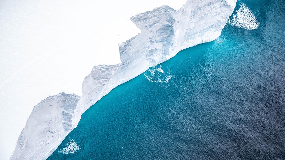 FOTOS: Impresionantes imágenes aéreas del iceberg más grande del mundo, que amenaza con colisionar con un santuario de pingüinos y focas