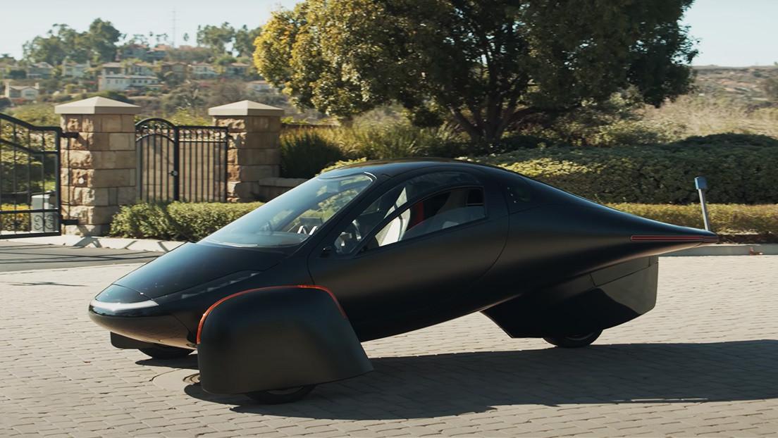 Tres ruedas y dos asientos: Aptera presenta su futurista coche eléctrico (que se puede reservar ya por 100 dólares)