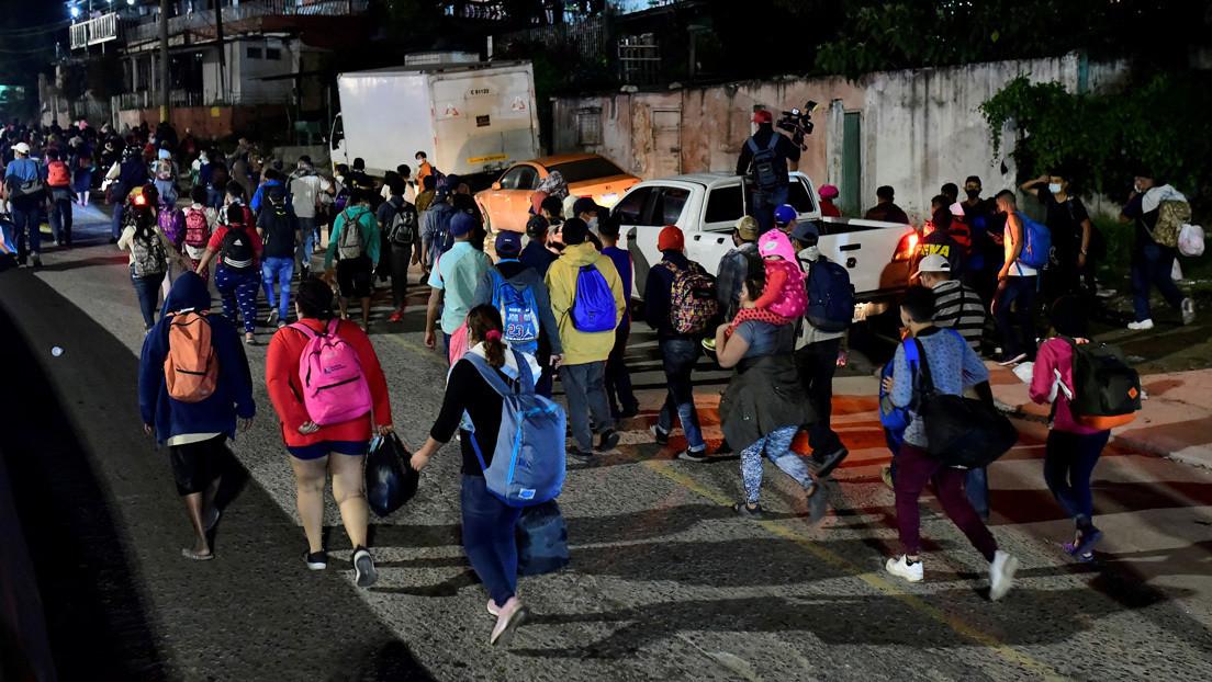 Cientos de hondureños parten en caravana hacia EE.UU. tras la devastación provocada por los huracanes Eta e Iota