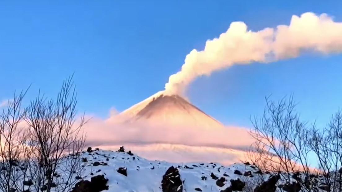 Erupciona el volcán activo más alto de Eurasia en la remota península rusa de Kamchatka