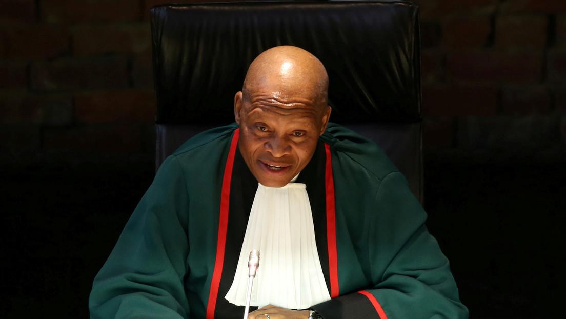 El presidente del Tribunal Supremo de Sudáfrica insiste en vincular con el diablo la vacuna contra el covid-19