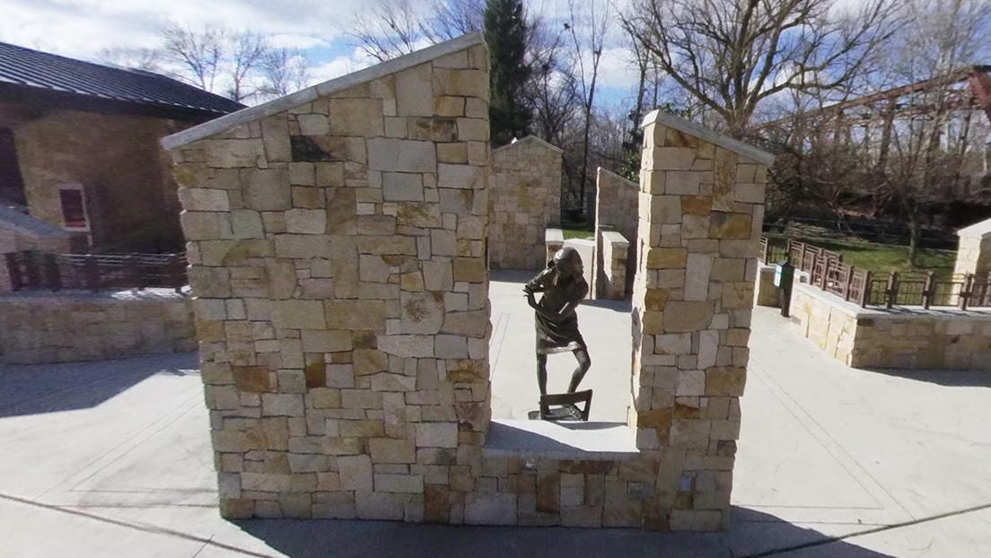FOTOS: Vandalizan con propaganda nazi un monumento a Ana Frank en EE.UU.