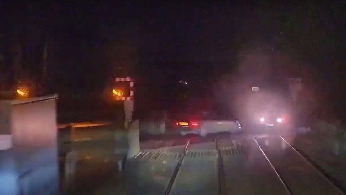 VIDEO: Momento en el que un tren casi choca con dos coches en un paso a nivel