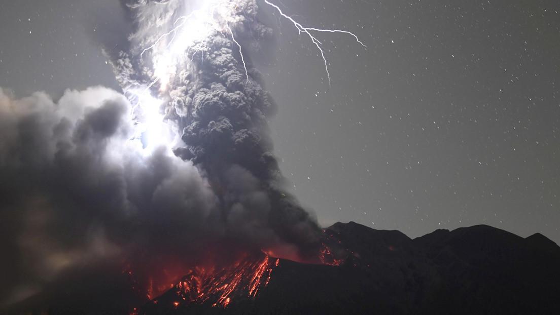 El momento exacto en que un relámpago impacta sobre el cráter de un volcán en plena erupción