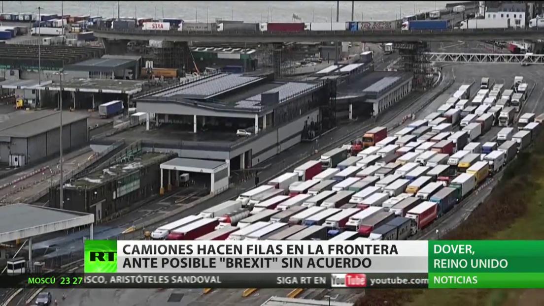 Camiones hacen fila en la frontera británica ante posible Brexit sin acuerdo