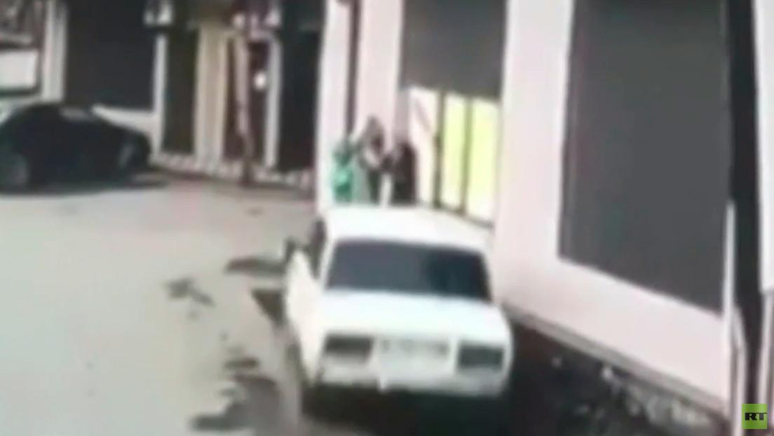 VIDEO: Momento en que tres niños se salvan por los pelos de ser atropellados