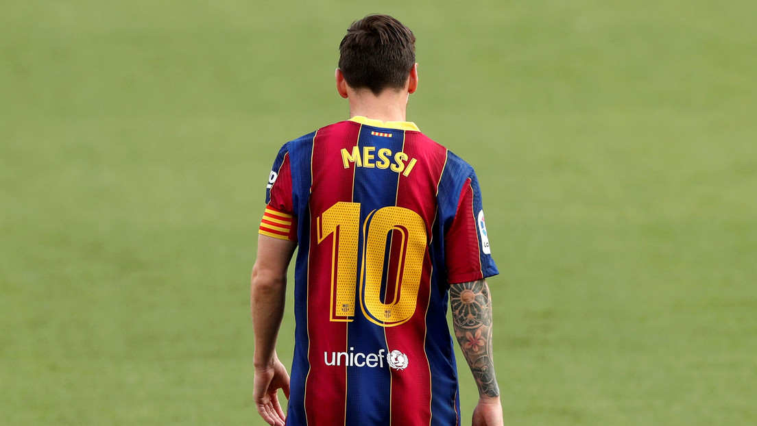 VIDEO: Lionel Messi sorprende con un bonito gesto a uno de sus fanes más fieles, que lo esperaba afuera del Camp Nou