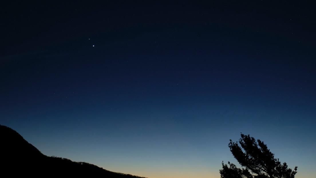 Júpiter y Saturno 'se unen' en el cielo esta noche por primera vez en 400 años (y ni siquiera necesitas un telescopio para verlo)