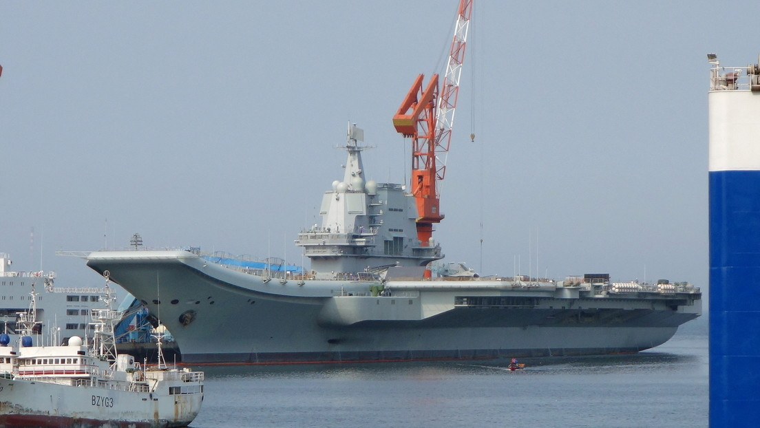 Un portaviones chino atraviesa el estrecho de Taiwán un día después de que un destructor estadounidense navegara por esa zona