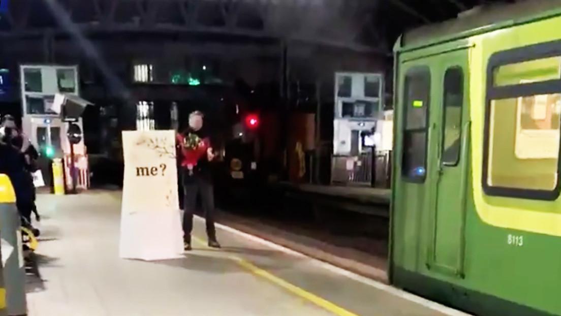 Un hombre le propone matrimonio a su novia maquinista cuando baja del tren (VIDEOS)