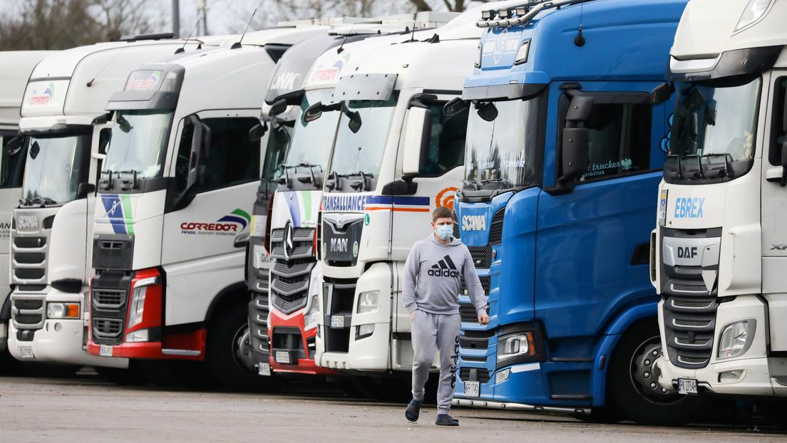 El Ejército británico se despliega para hacer test a los miles de camioneros, la mayoría españoles, retenidos en la frontera por la nueva cepa