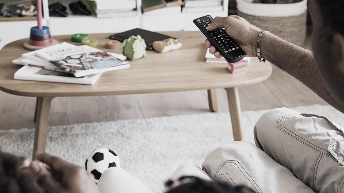 Una niña muere después de tragarse una pila del control remoto de la televisión