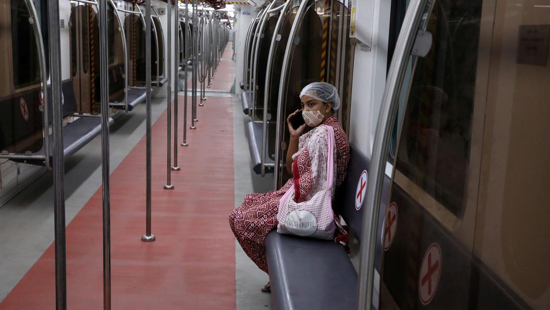 Una profesora que llegó con covid-19 desde Reino Unido a India escapa de los médicos en un tren