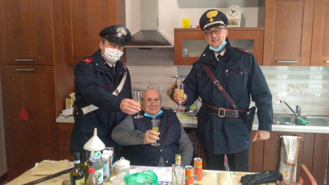 Un italiano de 94 años llama a la Policía en Navidad porque se sentía solo (y los carabineros cumplieron su deseo)
