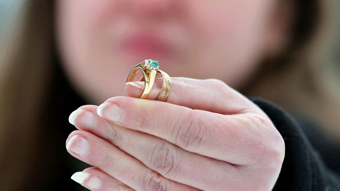 Una mujer recibe por Navidad la réplica del anillo que vendió para pagar las facturas cuando sus hijos eran pequeños (VIDEO)