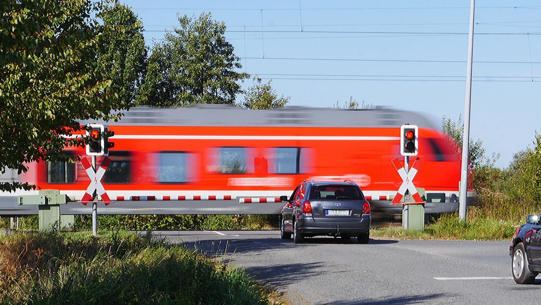 VIDEO: Un tren arrolla un auto atascado sobre las vías pero el conductor sobrevive con apenas raspones en una mano