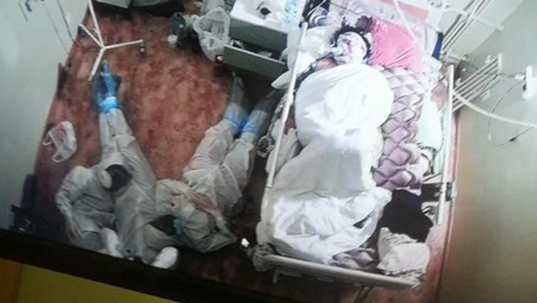 Tres sanitarios rusos se acuestan en el suelo tras una noche en vela junto a la cama de una paciente con covid-19 (FOTO)