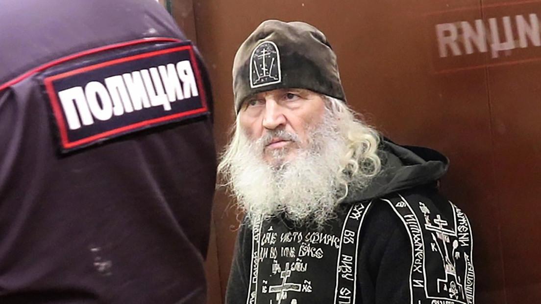 Un exsacerdote que negó la existencia del coronavirus y ocupó un convento durante meses es arrestado por incitar al suicidio