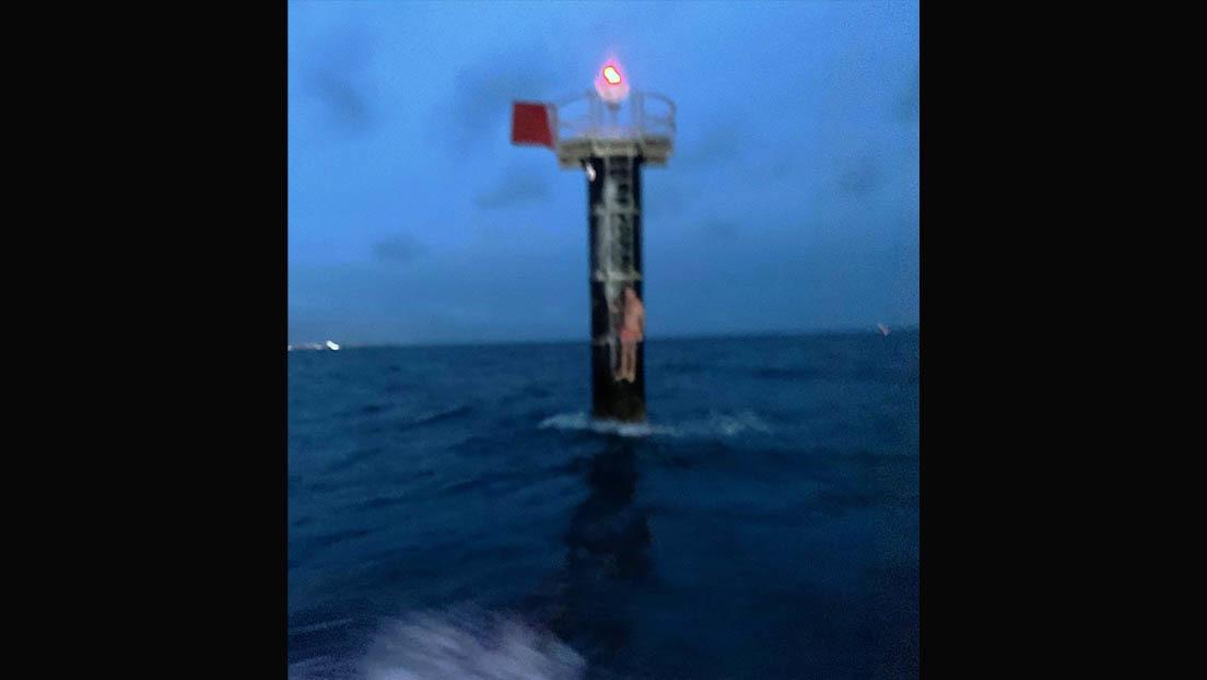 Aferrado a una boya encuentran en medio del mar a un marinero que cayó de su barco