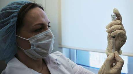 Revelan cómo se sienten los voluntarios que recibieron la segunda vacuna rusa contra el covid-19 EpiVacCorona