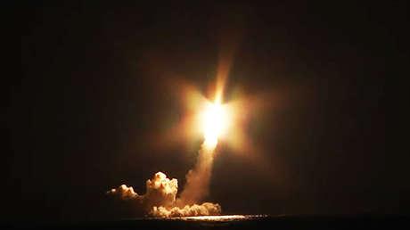 VIDEO: Lanzamiento simultáneo de cuatro misiles intercontinentales Bulavá desde un submarino nuclear ruso