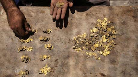 Un buscador de tesoros halla en un campo recién arado unas antiguas monedas valoradas en más de un millón de dólares