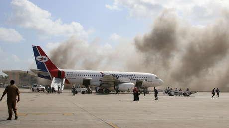 Aviones de combate de la coalición liderada por Arabia Saudita atacan la capital de Yemen, después de atribuir los atentados en Adén a los hutíes