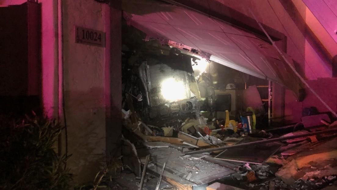 FOTO: Un camión embiste una casa en Arizona y deja un muerto y 4 heridos